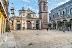 Sikt av den romanska basilikan av den San Vittore kyrkan i den San Lorenzo fyrkanten av Varese Royaltyfri Fotografi