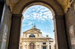 Sikt av den romanska basilikan av den San Vittore kyrkan i Varese, Italien Royaltyfri Fotografi
