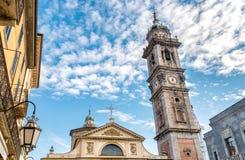Sikt av den romanska basilikan av den San Vittore kyrkan och det Klocka tornet av Bernascone i Varese Royaltyfri Foto
