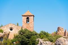 Sikt av den romanska kyrkan av Santa Maria de Siurana, i Siurana de Prades, Tarragona, Catalunya, Spanien Kopiera utrymme för tex Arkivfoton