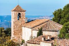 Sikt av den romanska kyrkan av Santa Maria de Siurana, i Siurana, Tarragona, Spanien Kopiera utrymme för text Royaltyfri Foto