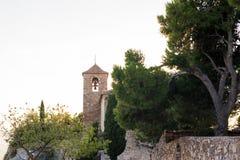 Sikt av den romanska kyrkan av Santa Maria de Siurana på solnedgången i Siurana de Prades, Tarragona, Spanien Kopiera utrymme för Arkivbild