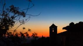 Sikt av den romanska kyrkan av Santa Maria de Siurana på solnedgången i Siurana de Prades, Tarragona, Spanien Kopiera utrymme för Arkivfoton