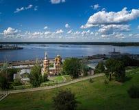 Sikt av den Rozhdestvenskaya gatan och kyrkan av domkyrkan av den välsignade jungfruliga Maryen i den forntida ryska staden av Ni Arkivbild
