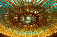 Sikt av den rumänska parlamentkupolen Arkivbild