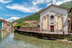Sikt av den sakrala hjärtatalarkonsten på kanalen i den historiska mitten av Omegna, Piedmont, Italien royaltyfri foto