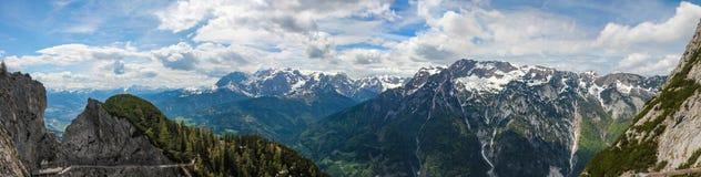 Sikt av den Salzach dalen och staden av Tennek nära Eisriesenwelten i den österrikiska fjällängar sydde panoraman arkivfoto