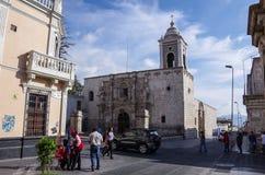 Sikt av den San Agustin kyrkan nära den huvudsakliga fyrkanten av staden A royaltyfria bilder