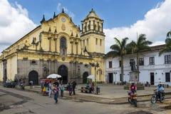 Sikt av den San Francisco fyrkanten och av Sanen Francisco Church i staden av Popayan i Colombia Royaltyfria Foton