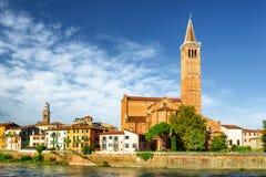 Sikt av den Santa Anastasia kyrkan från den Adige floden verona Arkivfoton