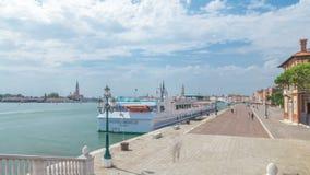 Sikt av den Schiavoni för promenadRiva degli timelapsen med turister i San Marco av Venedig i Italien stock video