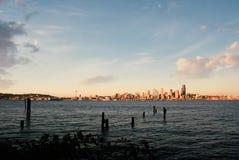 Sikt av den Seattle horisonten på skymning från över Elliot Bay i västra Seattle arkivfoto