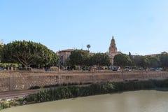 Sikt av den Segura flodinvallningen och den historiska mitten av M Royaltyfria Bilder