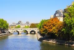 Sikt av den Seine River invallningen, Louvre och bron, Paris Royaltyfri Bild