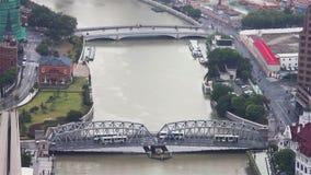 Sikt av den shanghai staden med flera broar som f?rdelar ?ver en flod, Shanghai, Kina stock video