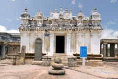 Sikt av den Shasana eller Sasana Basadi Chandragiri kullen, Sravanabelgola, Karnataka Indien Arkivfoto