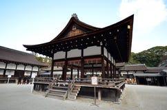 Sikt av den Shimogamo relikskrin i Kyoto Arkivbild