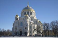 Sikt av den sjö- domkyrkan av den St Nicholas februari eftermiddagen Kronstadt Royaltyfria Foton
