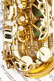 Sikt av den skinande alt- saxofonpilbågedelen med tangenter Royaltyfri Bild