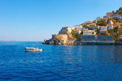 Sikt av den skrivande in Hydrasön för fartyg i Grekland Royaltyfri Foto