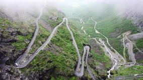 Sikt av den slingrande vägen i bergen Trollstigen stock video