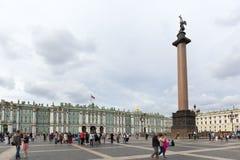 """Sikt av den slottfyrkant-, vinterslott- och Alexander kolonnen Sankt †""""Petersburg Royaltyfria Bilder"""