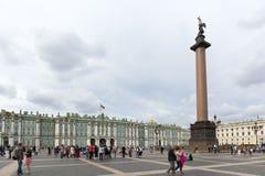 """Sikt av den slottfyrkant-, vinterslott- och Alexander kolonnen Sankt †""""Petersburg Arkivbild"""