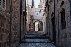 Sikt av den smala gränden av den gamla staden royaltyfri fotografi