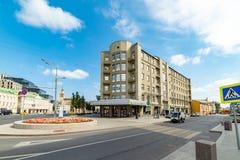 Sikt av den Smolensky delikatessaffären, Smolensk fyrkant Ryssland arkivfoto