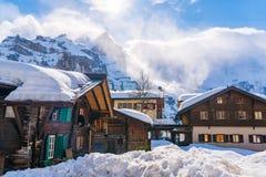 Sikt av den snöig Murren byn i solig dag Arkivfoton