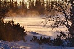 Sikt av den snöig yttersidan av Stbske Pleso sjön Royaltyfria Bilder
