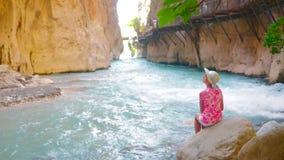 Sikt av den snabba floden i kanjon lager videofilmer