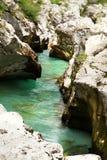 Sikt av den Soca floden i den Triglav nationalparken fotografering för bildbyråer