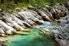 Sikt av den Soca floden i den Triglav nationalparken arkivbilder