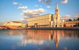 Sikt av den Sofiyskaya invallningen med den Moskva floden i Moskva, Russi royaltyfri bild