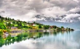 Sikt av den Sognefjorden fjorden på den Sogndal byn - Norge Arkivbilder