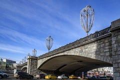 Sikt av den soliga dagen för Bolshoy Kamenny bro på våren arkivbilder