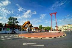Sikt av den soliga morgonen på jätte- gunga och Wat Sutut Royaltyfri Fotografi