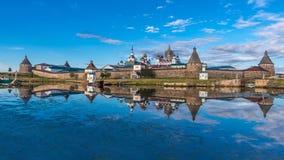Sikt av den Solovetsky Kreml i aftonen Royaltyfri Foto