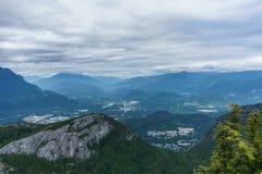 Sikt av den Squamish staden från berget i British Columbia, Kanada Arkivbilder