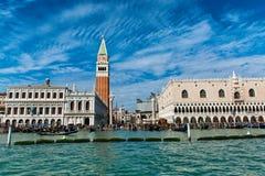 Sikt av den St-fläckfyrkanten och campanilen i Venedig Arkivfoto