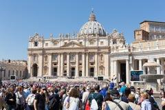 Sikt av den St Peters basilikan från fyrkant för St Peter ` s i Vatican City, Vaticanen Arkivfoton