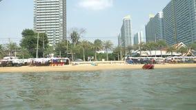 Sikt av den stads- asiatiska stranden, invallning 4K Februari 2018, Pattaya, stranden av Jomtien Besk?da fr?n havet stock video