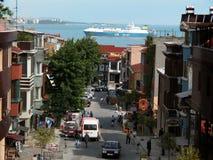 Sikt av den stadsgatan, hamnen och skeppet royaltyfri bild