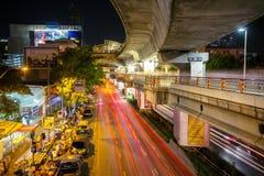 Sikt av den stadsvägen och trafiken i Bangkok Arkivfoton