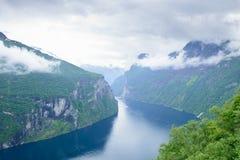 Sikt av den steniga kusten av den Geiranger fjorden Arkivfoto