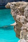 Sikt av den steniga kusten med det azura havet Arkivbild
