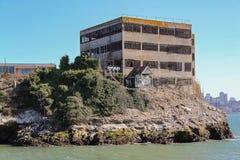 Sikt av den steniga kustlinjen av den ber?mda Alcatraz ?n H?rliga historiska bakgrunder Maximal federalt f?ngelse f?r h?g s?kerhe arkivbilder