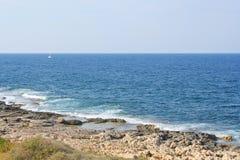Sikt av den steniga kustlinjen nära Julian ` s för St arkivfoto