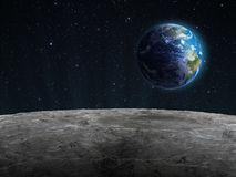 Sikt av den stigande jorden som ses från moonen Arkivbild